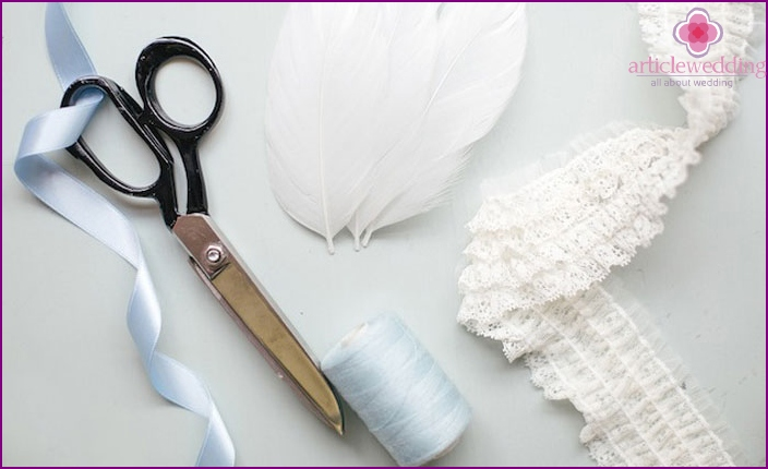 Materials and tools necessary to lace garter