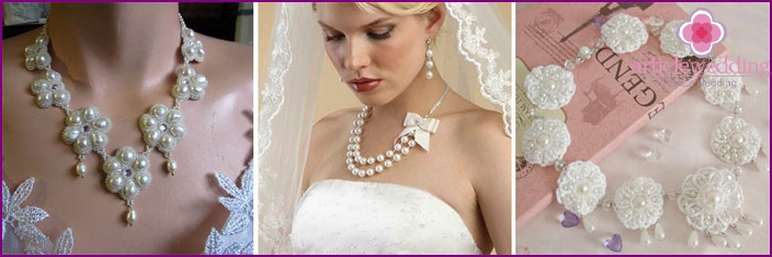 Pearls with beads in her wedding necklace