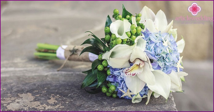 Flower decoration of the bride in white-blue tones