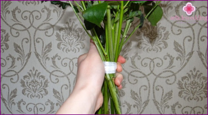 The principle of binding the stems in a bouquet