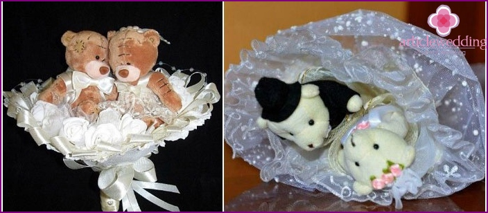 A pair of bears in the bride's bouquet