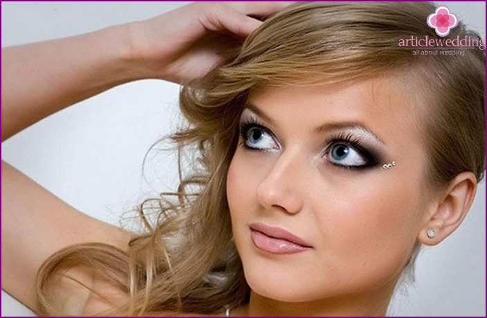 For a perfect make-up of the bride will need professional cosmetics