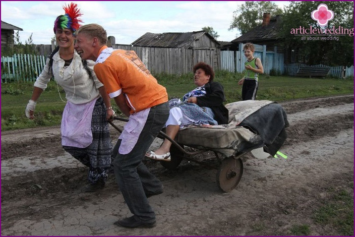 Druzhki mother-driven on a cart at the wedding