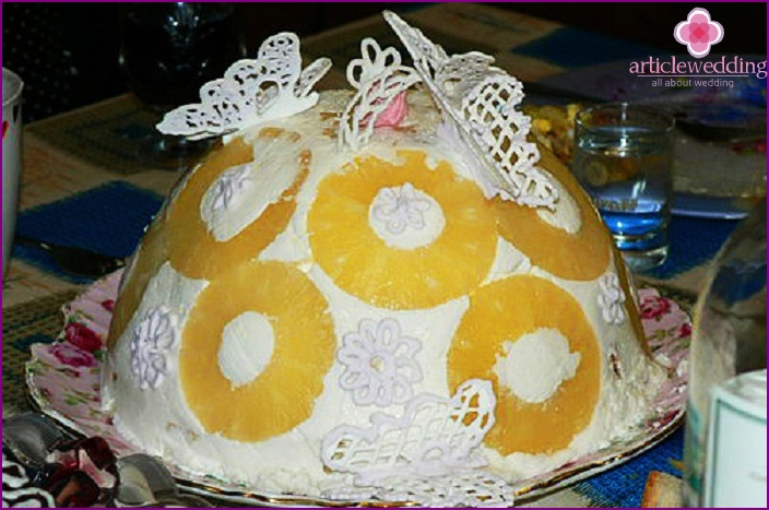 Openwork decoration on the cake with white icing