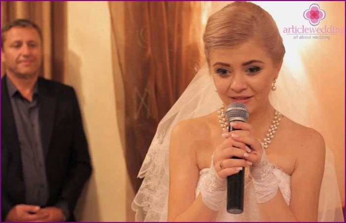 Bride giving a speech at a wedding