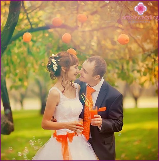 Orange details of newlyweds outfits