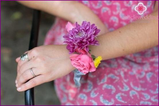 Using hair clips as a bracelet