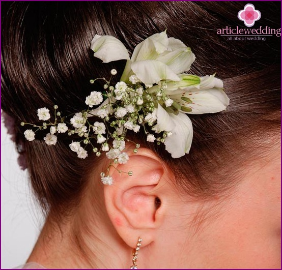 Delicate hairpin made of flowers