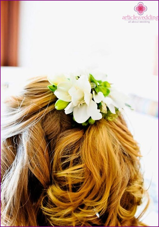 Decoration of hair with flowers for a wedding