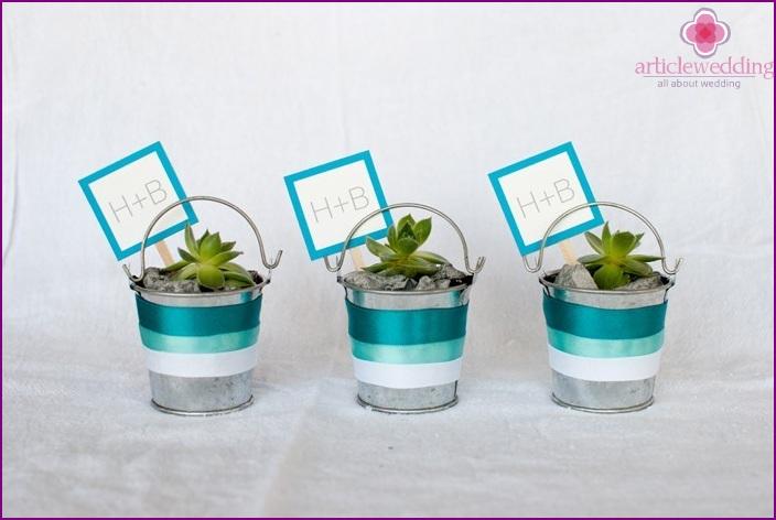 """Living"" bonbonnieres from succulents"