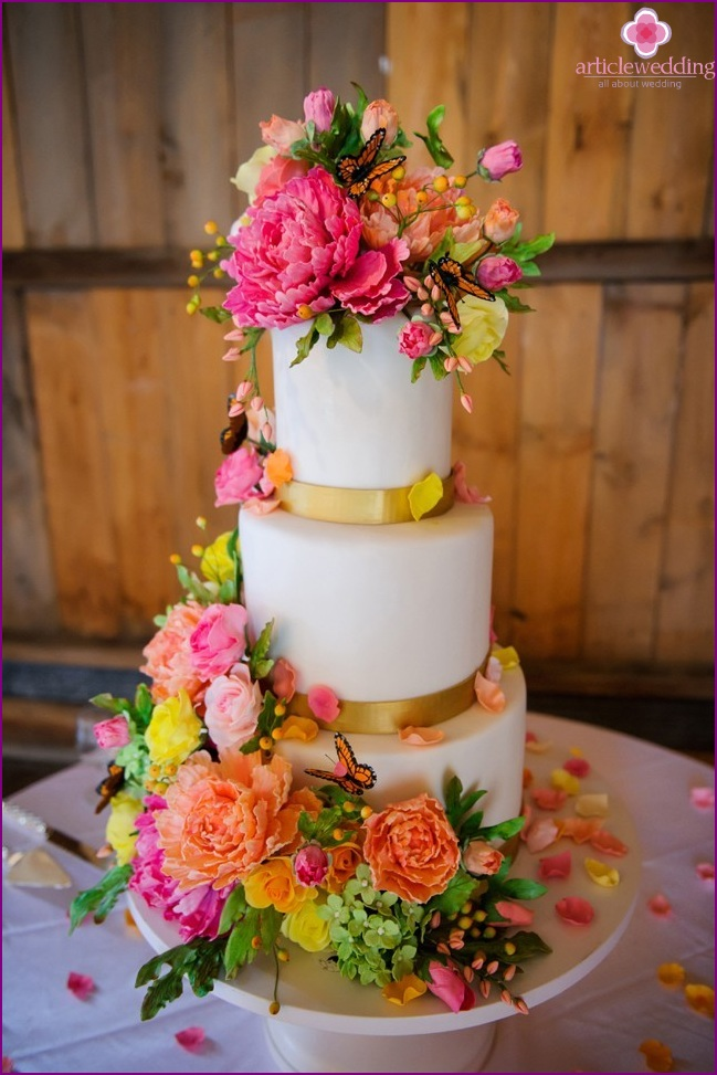 Cake with rich floral decorations