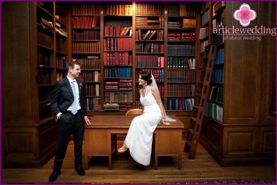 Wedding photo session in the library