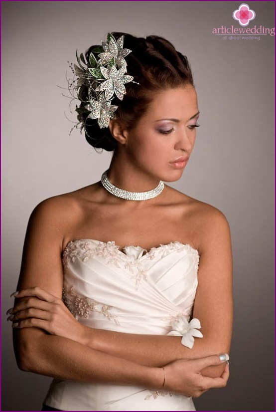 Necklace of the bride under the neck