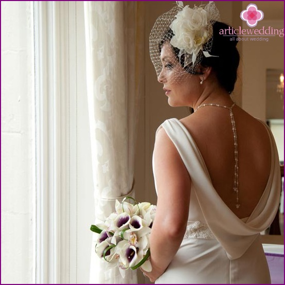 Necklace as a decoration on the back of the bride