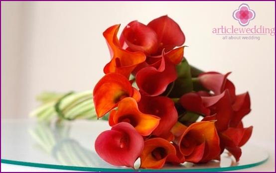 Ein schöner Blumenstrauß für eine orange Braut