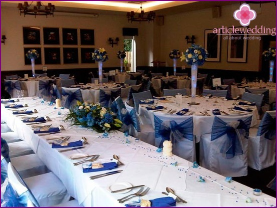 Table setting and decoration in blue