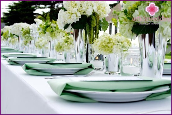 Decoration of wedding tables in mint color