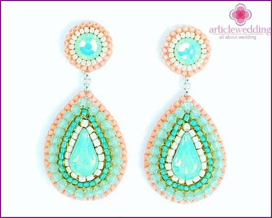 Mint earrings for a wedding look
