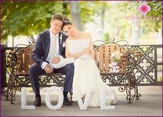 Wedding photo session with voluminous soft letters