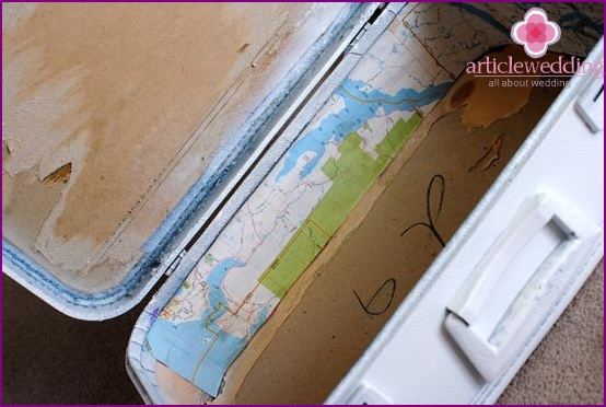 Glue the walls of the suitcase cards