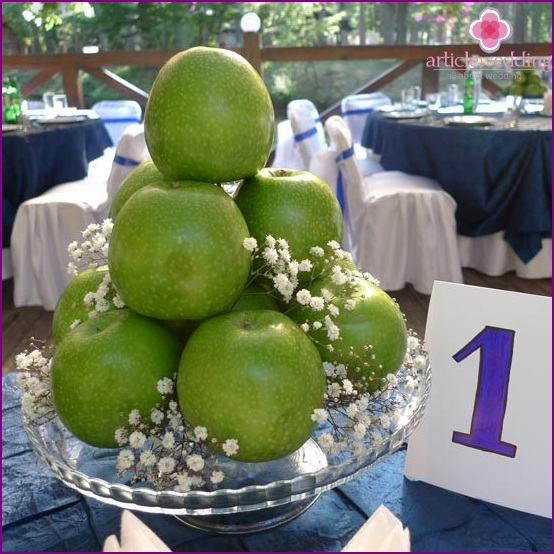 Decorating a wedding table using apples