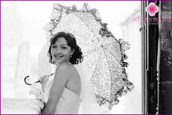 Photographing a bride with an umbrella
