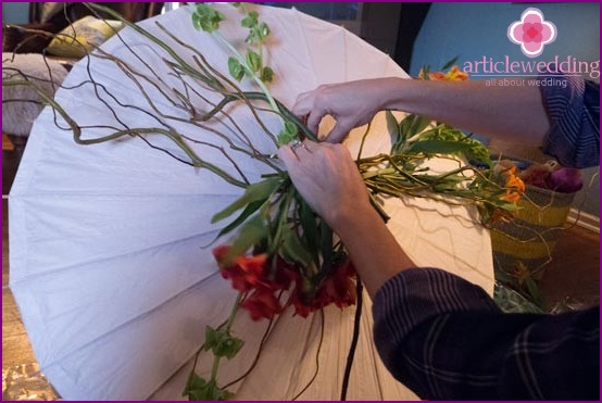Decorate the umbrella with flowers