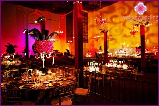 The design of the banquet hall in the style of the Moulin Rouge