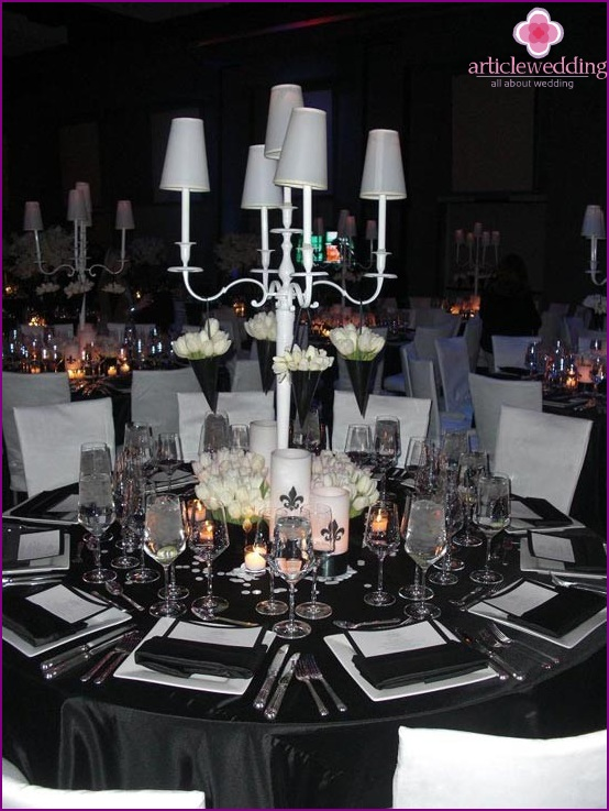Table decor in black and white.