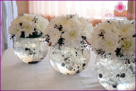 Table decoration with flowers in black and white
