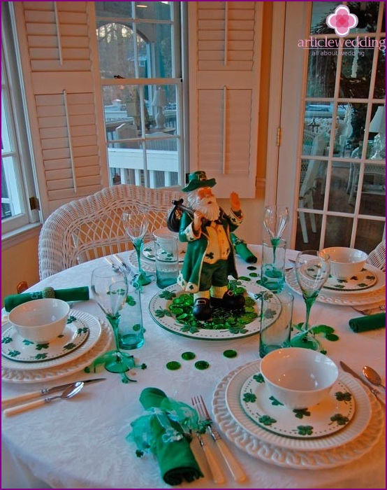 Themed table setting in emerald color