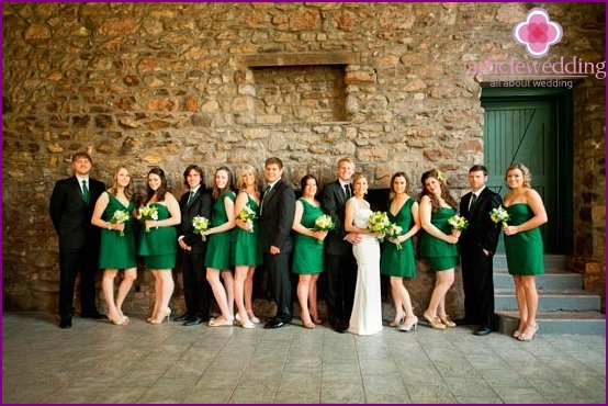 Emerald outfits of the newlyweds and bridesmaids