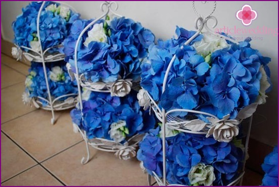White-blue floral arrangements for decorating the hall