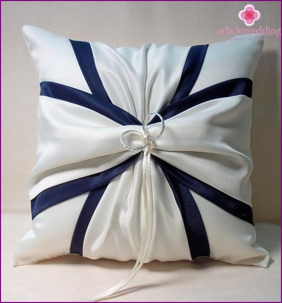 Cushion for rings with blue accents