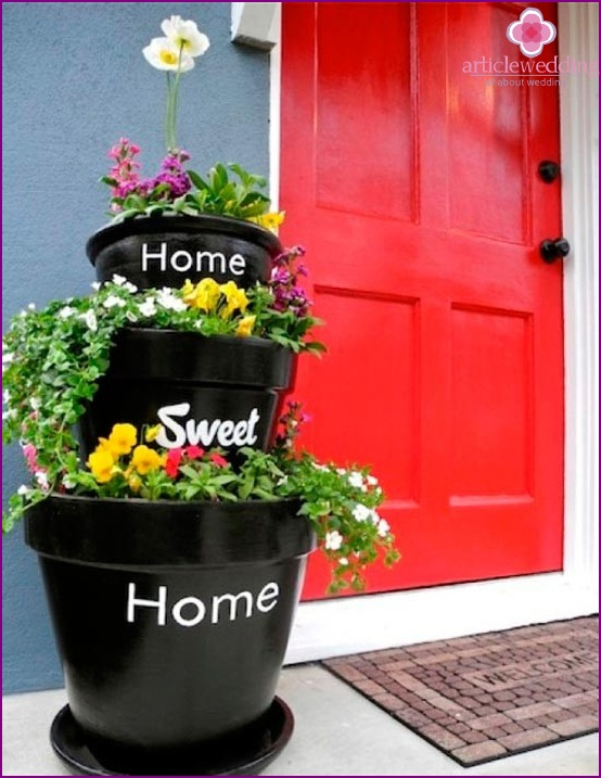 The idea of ​​using flower pots at the entrance