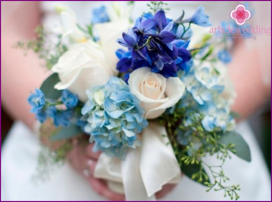 Blue shades of the bride's bouquet