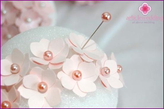 Wir durchbohren die Blumen in der Mitte