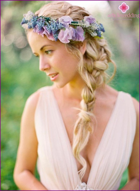 The wreath emphasizes the color of the eyes of the bride
