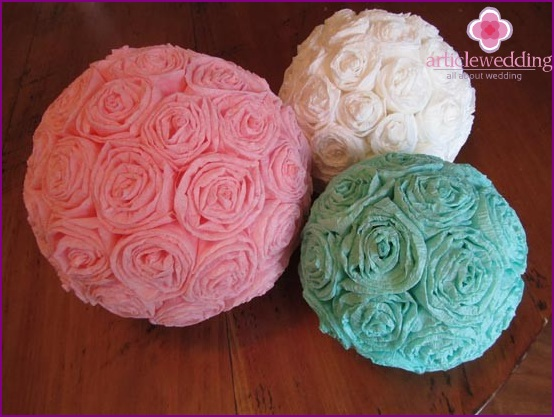 Ready-made balls with crepe paper flowers