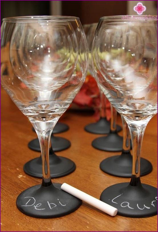 Brille mit den Namen der Gäste bei der Hochzeit
