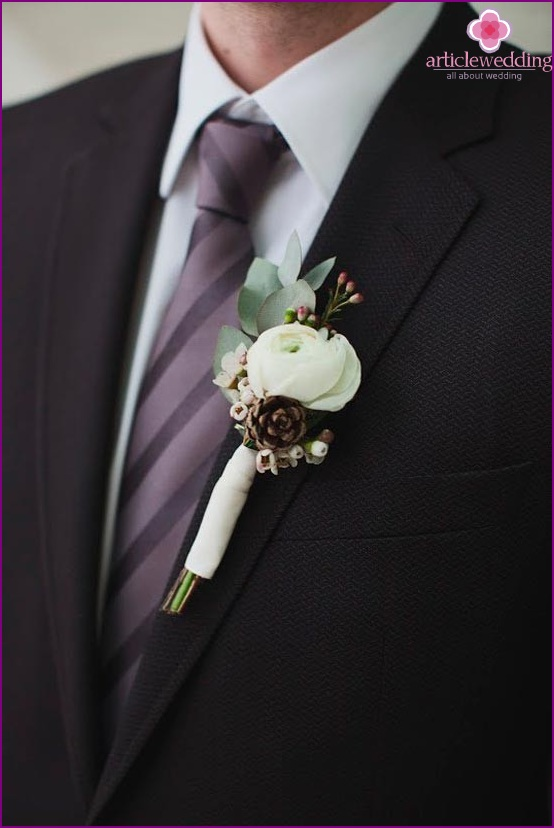 Buttonhole with a pine cone