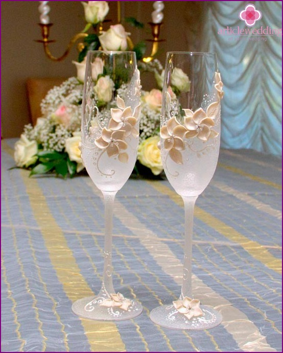 Glasses with concise decor