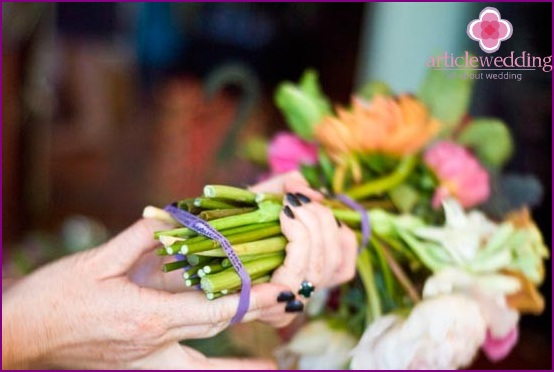 We fasten the bouquet with two elastic bands