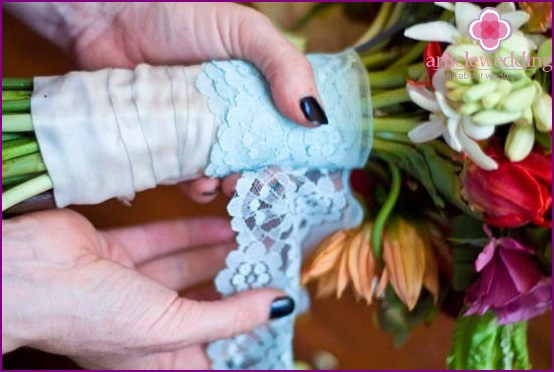 Decorate the bouquet with lace ribbon