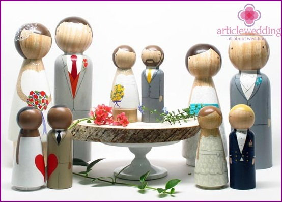 Figurines of the bride and groom of wood