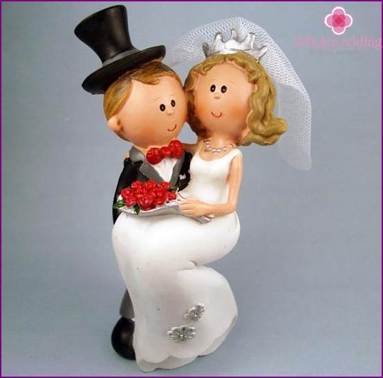 Porcelain figurines of the bride and groom.