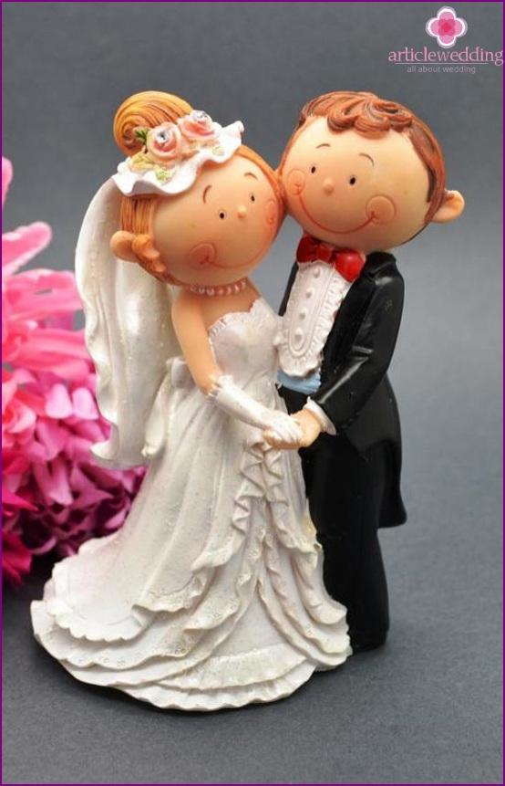 Beautiful statuettes of the newlyweds