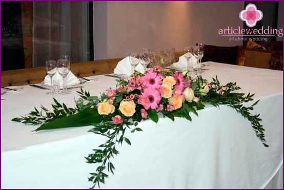 Decoration of wedding tables with flowers