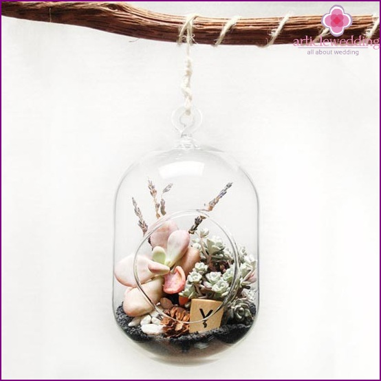 Floral decoration in a glass case