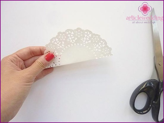 Cut a circle in lace napkins